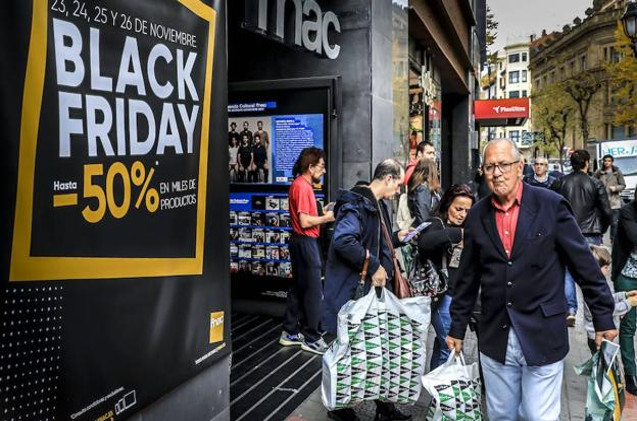Un comprador durante el Black Friday.