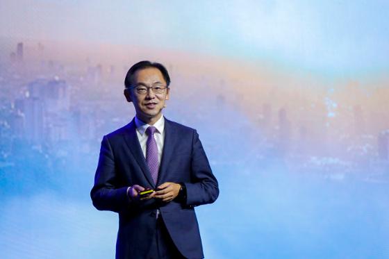 Ryan Ding, director del consejo ejecutivo de Huawei y presidente mundial de la Unidad de Negocio de Operadores, durante su discurso en el MBBF 2018.