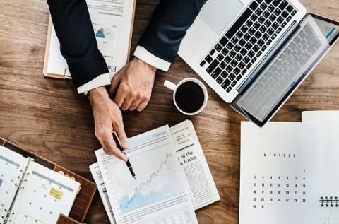 Un inversor analiza sus cuentas.