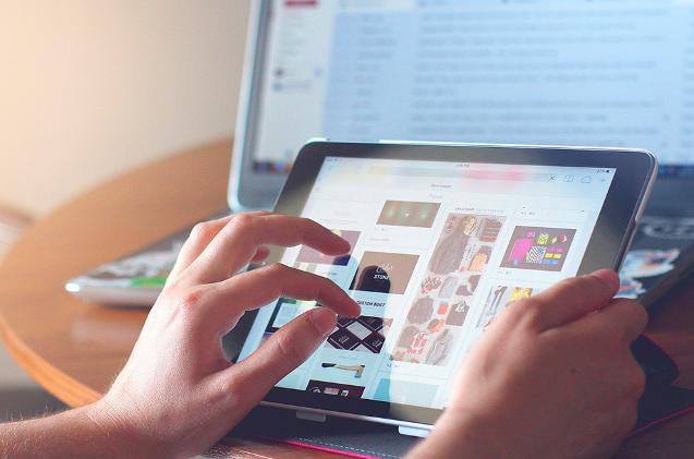 Un usuario compra desde su tableta.
