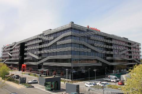 Vodafone España suaviza su caída.