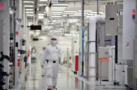 Operario en una de las fábricas de Intel.