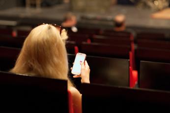 Sólo el 19% de los vascos desconecta el móvil en el cine. Barómetro Phone House.