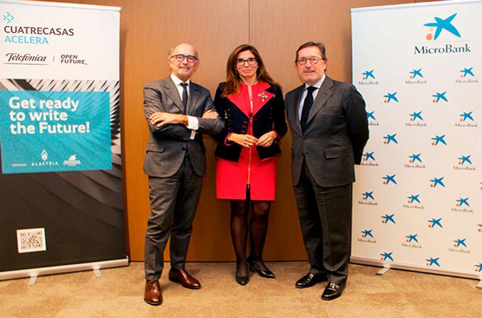 Rafael Fontana, presidente ejecutivo de Cuatrecasas, María Alsina, directora territorial de Caixabank, y Antoni Vila, presidente de Microbank.