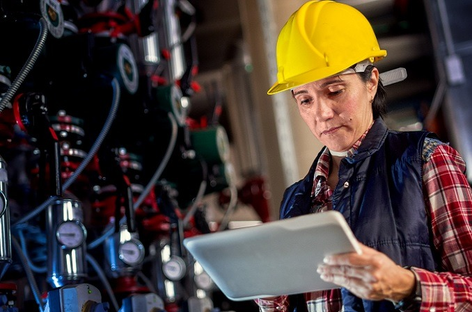 Un operario en un entorno industrial.