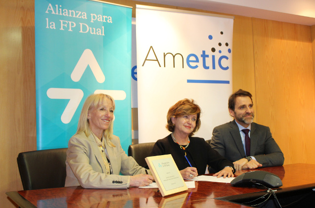 Clara Bassols, Fundación Bertelsmann; María Teresa Gómez Condado, directora general de AMETIC; y Juan Carlos Tejeda, representante de la CEOE.