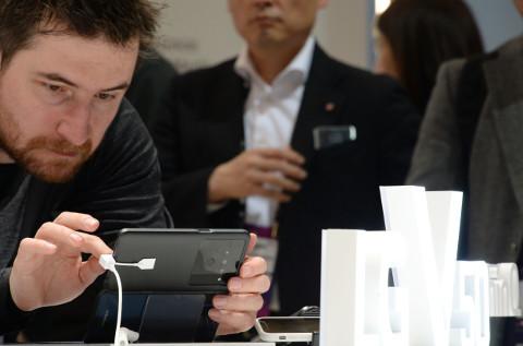 Un asistente al MWC interactúa con un móvil a través de gestos.