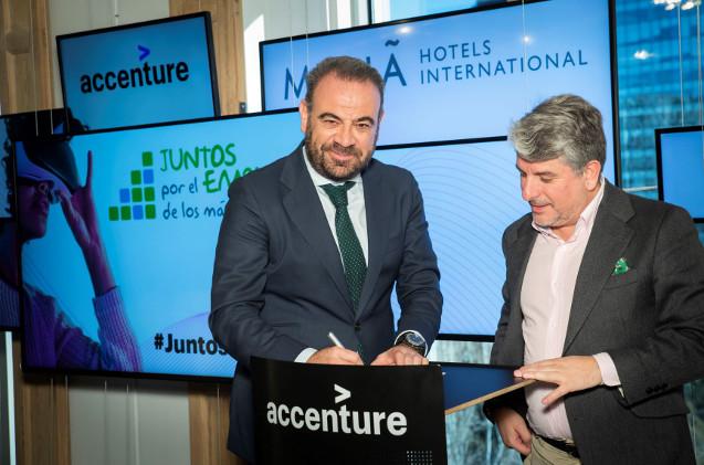 Gabriel Escarrer, vicepresidente ejecutivo y CEO de Meliá Hotels International y Juan Pedro Moreno, presidente de Accenture, firman el acuerdo en el Digital Hub de Madrid.
