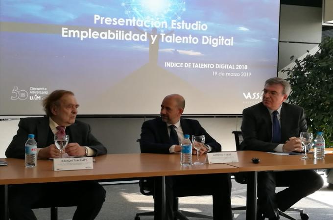 Ramón Tamames, economista; Antonio Rueda, director de VASS Research; y Máximo Juan Pérez, Delegado del Rector para Empleabilidad y Alumni de la UAM.