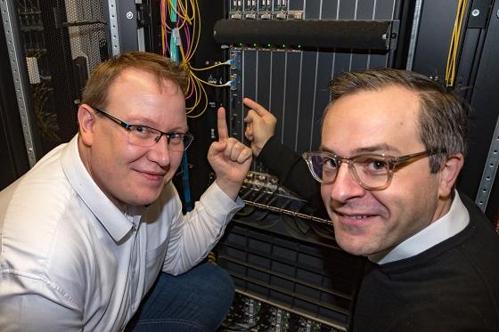 Eric Dorr, jefe de infraestructura, y el Dr. Thomas King, director de tecnología, lanzando las primeras tarjetas de Nokia de 400-GE en DE-CIX Frankfurt.
