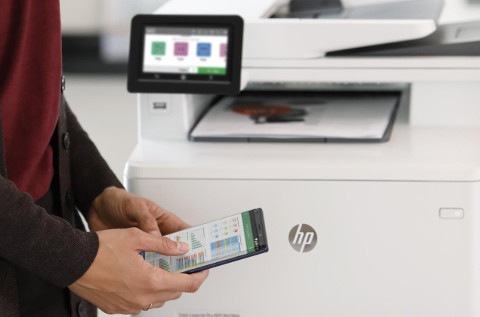 Un usuario se conecta con una impresora de HP.