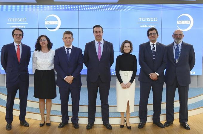 Fernando Abril-Martorell, Presidente de Indra, y Bernardo Velázquez, Consejero Delegado de Acerinox, junto a los responsables del proyecto de ambas compañías.