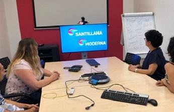 Trabajadores de Santillana utilizando las soluciones de Lifesize.