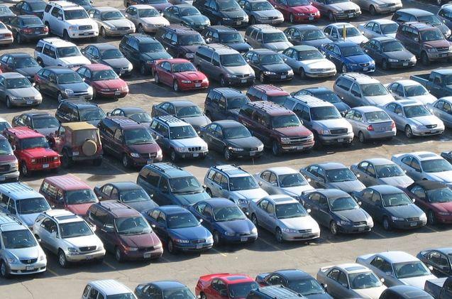 Coches estacionados en un aparcamiento.