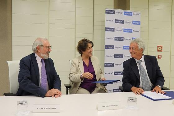 Elena Pisonero, presidenta de HISPASAT, Jose Solá, presidente de AGNYEE, y Juan Manuel Eguiagaray, miembro de su Junta Directiva, en el momento de la firma.