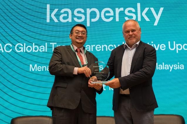 Eugene Kaspersky (a la derecha), en la inauguración del centro de transparencia de Malasia.