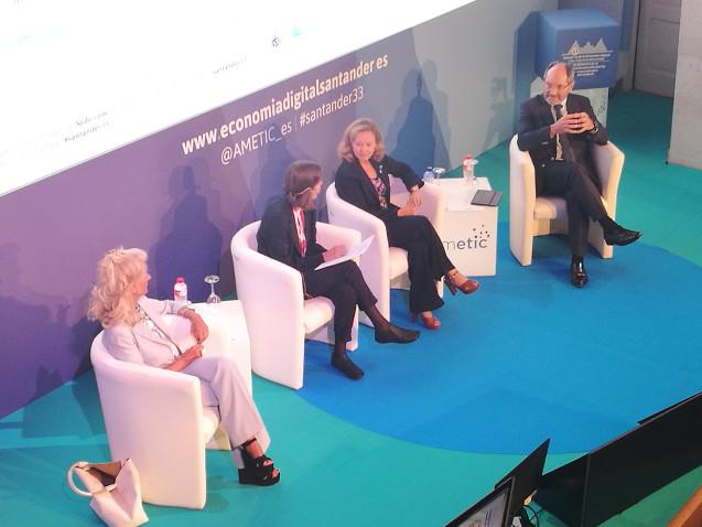 En el centro de la imagen, la ministra Nadia Calviño. A la derecha, Pedro Mier. Isabel Tocino, a la izquierda.