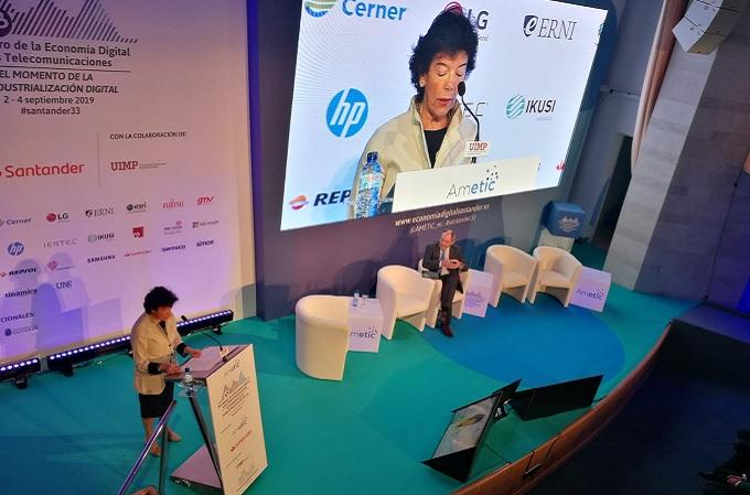 Isabel Celáa durante su presentación en la 33 edición del Encuentro que se celebra en Santander