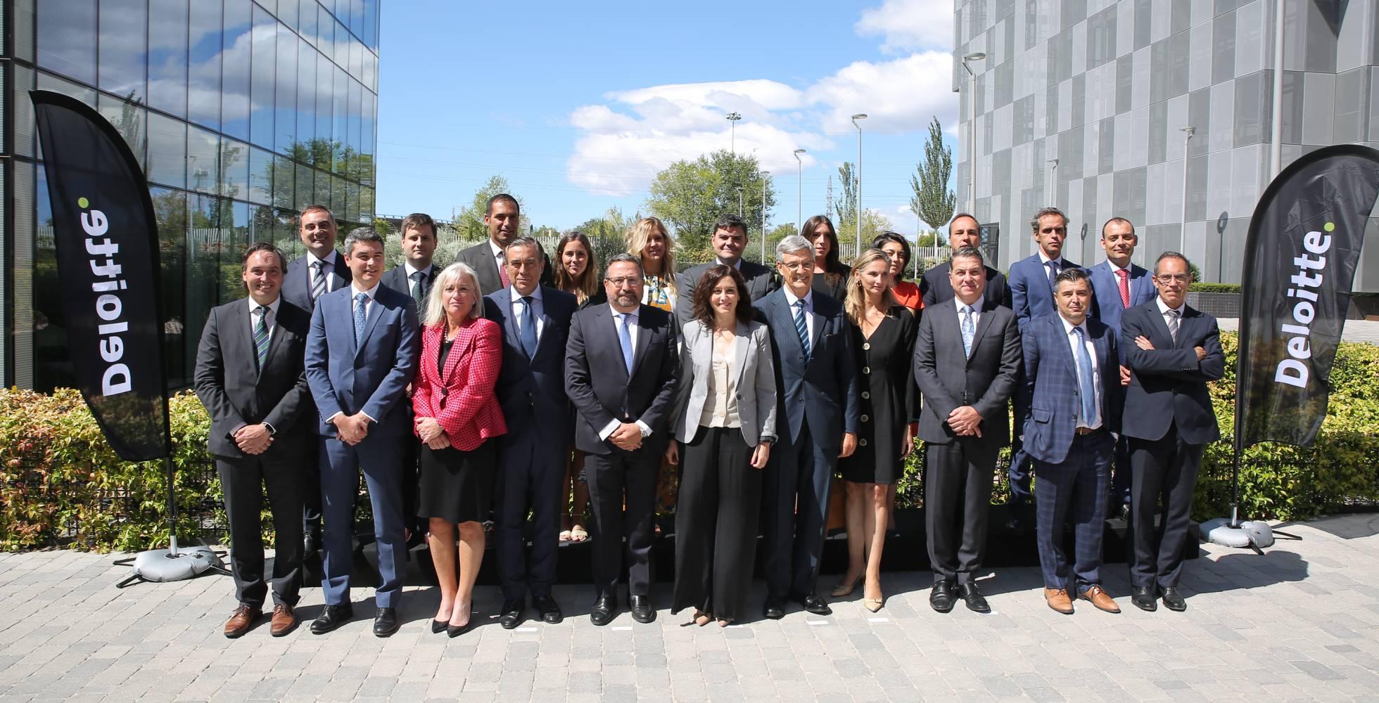 La presidenta de la Comunidad de Madrid, Isabel Díaz Ayuso, junto a Alfonso Mur, responsable de seguridad de Deloitte Madrid (izquierda), Fernando Ruiz, presidente de la empresa (derecha) y otros cargos de Deloitte y la Comunidad.