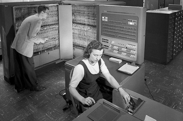 Una mujer trabaja con un mainframe de IBM.