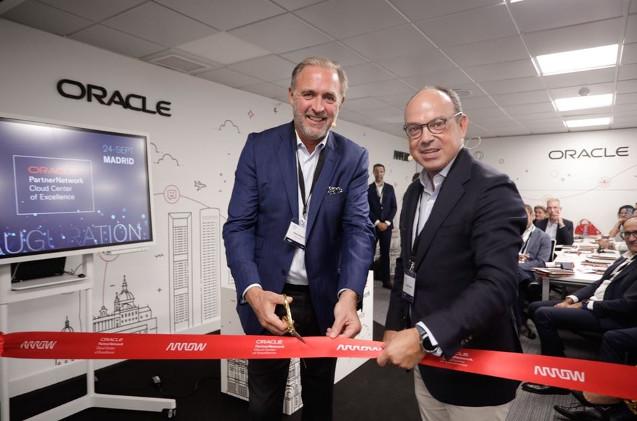 Alexis Brabant, de Arrow, y Leopoldo Boado, de Oracle, en la inauguración del centro cloud