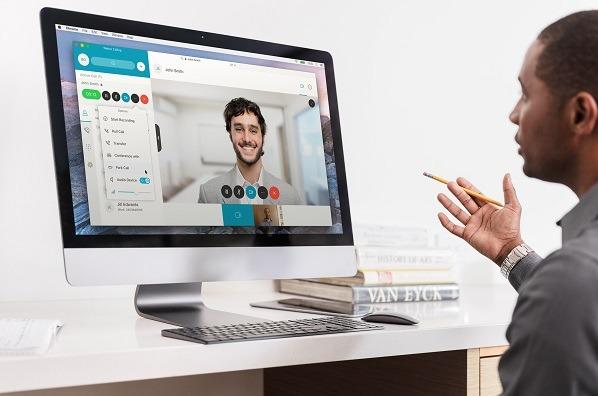 Un usuario se comunica con Webex.