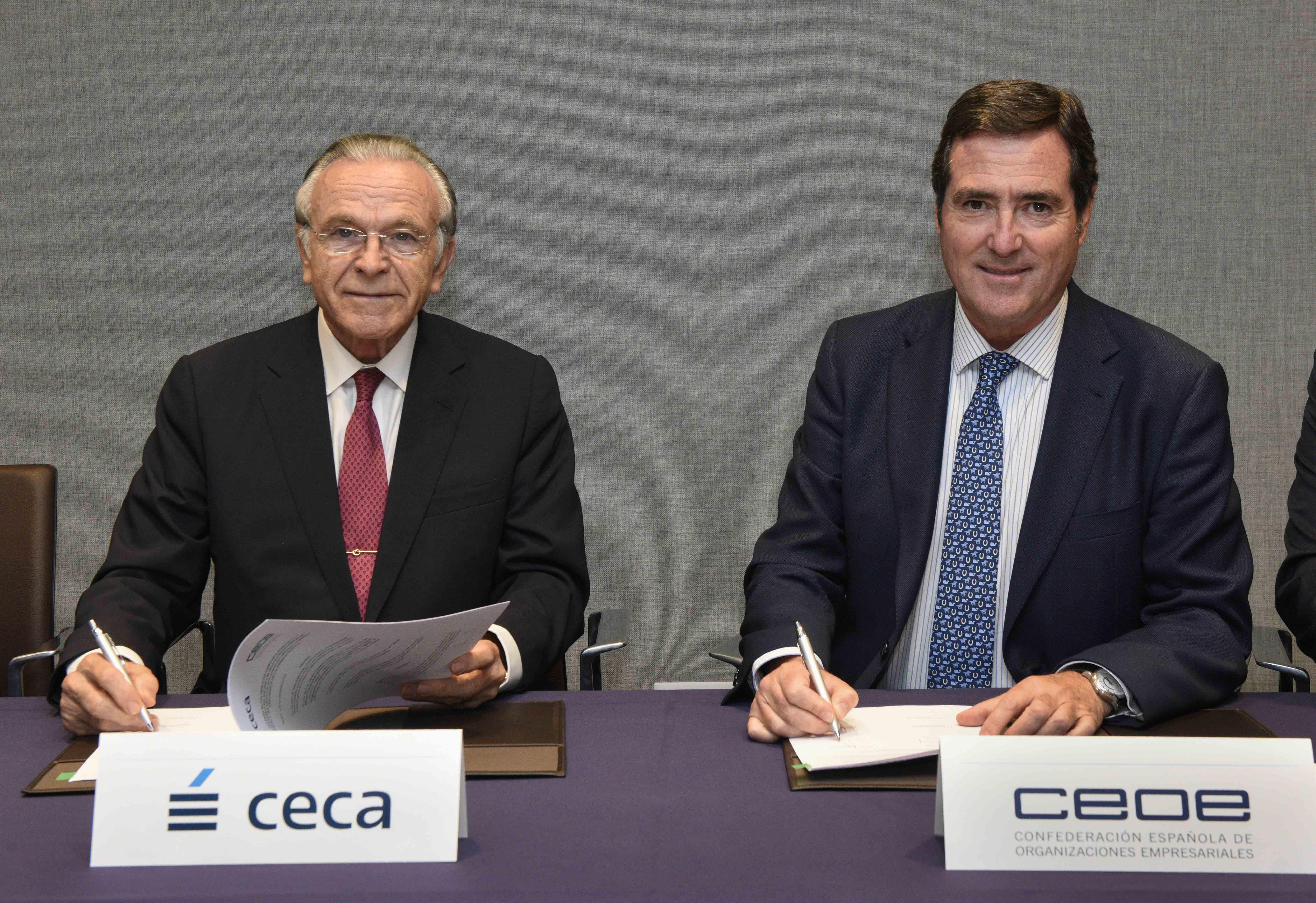 """El presidente de la CECA y de la Fundación Bancaria """"la Caixa"""", Isidro Fainé, y el presidente de la CEOE, Antonio Garamendi, durante la firma del acuerdo"""
