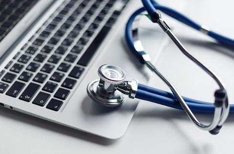 La mitad de los españoles contrasta un diagnóstico médico en Internet.