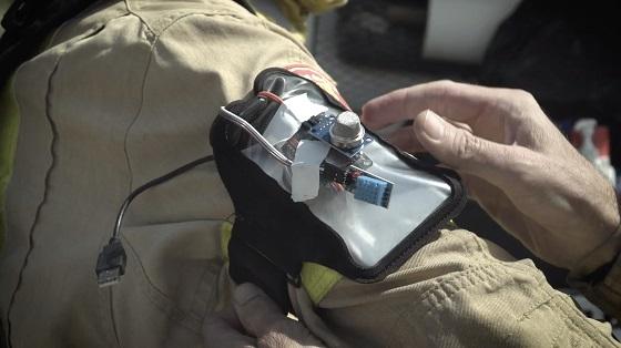 El dispositivo del proyecto Prometeo se coloca en el brazo del bombero y tiene múltiples sensores.