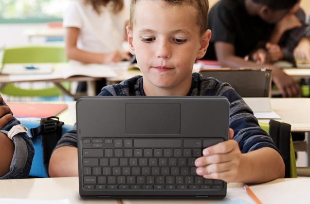 Niño usando un Chromebook 300E de Lenovo en un colegio.