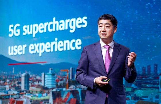 Ken Hu pronunciando su discurso en la 10ª Edición Anual de Mobile Broadband Fórum en Zúrich.