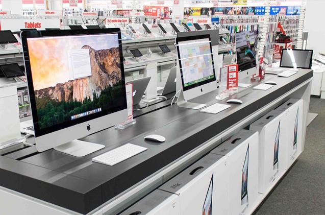 Desktops expuestos en una tienda de MediaMarkt.