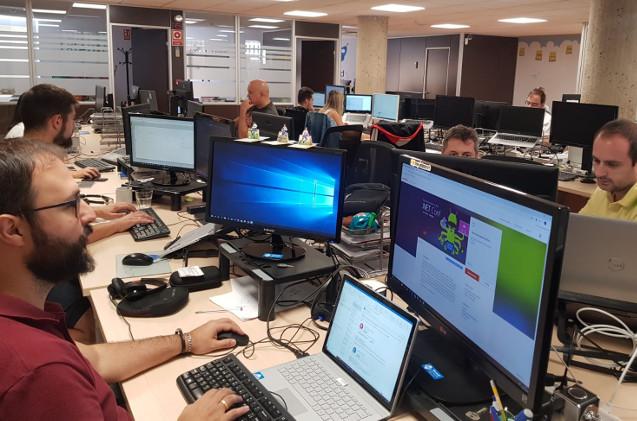 Empleados trabajando en una oficina.