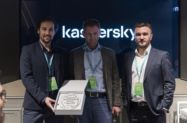 Los fundadores de Enigmedia recibiendo el galardón