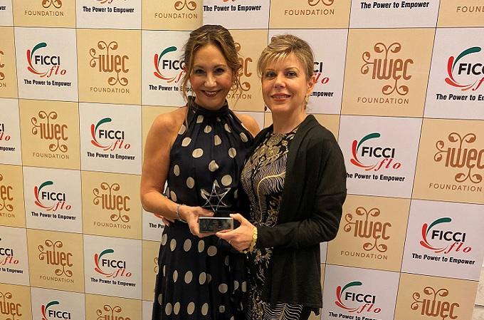 Arancha Manzanares, Vicepresidenta de Ayesa (a la izquierda), con el galardón en compañía de Mar Santana, Directora Comercial de Banca de Empresas de CaixaBank y Consejera de IWEC.