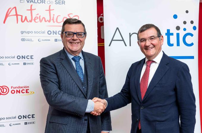 José Luis Martínez Donoso, Director General de Fundación ONCE, y Francisco Hortigüela, Director General de AMETIC.