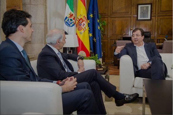 Rafael Alcaide, director de Vodafone en Extremadura; António Coimbra, CEO y presidente de Vodafone España; y Guillermo Fernández Vara, presidente de la Junta de Extremadura.