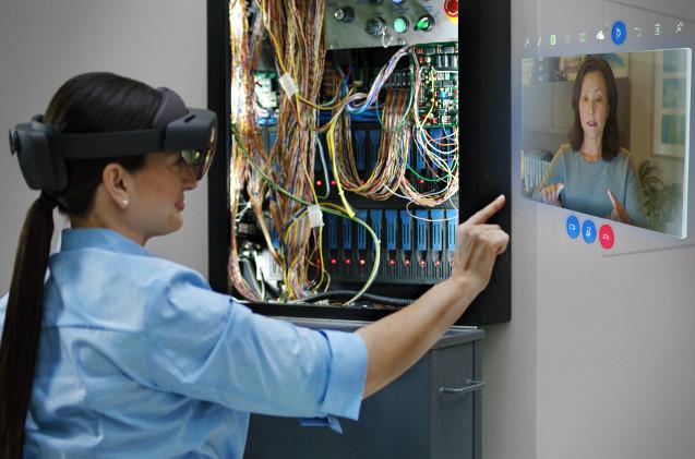 Operaria usando las gafas HoloLens de Microsoft.