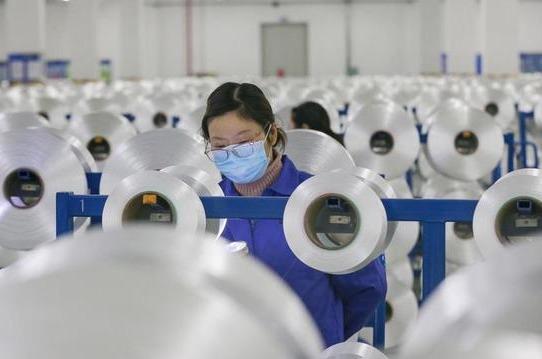 Operaria en una fábrica china que se protege del coronavirus.