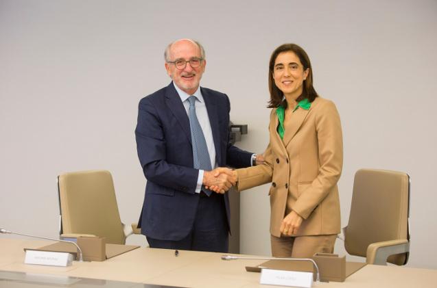El presidente de Repsol y su Fundación, Antonio Brufau, y la presidenta de Microsoft España, Pilar López, durante la firma del acuerdo.