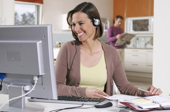 Operadora de contact center trabajando en casa.