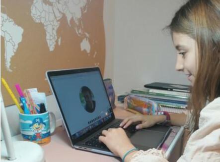 Una niña se conecta a clase desde casa.