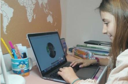 Una niña sigue las clases desde su casa.