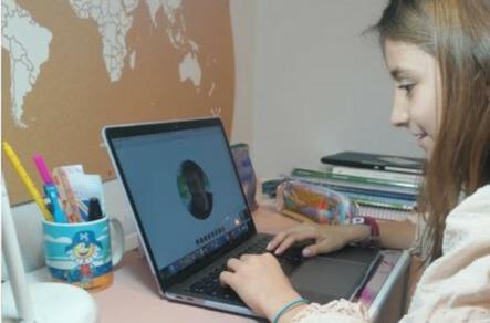 Una estudiante se conecta en remoto en Galicia.
