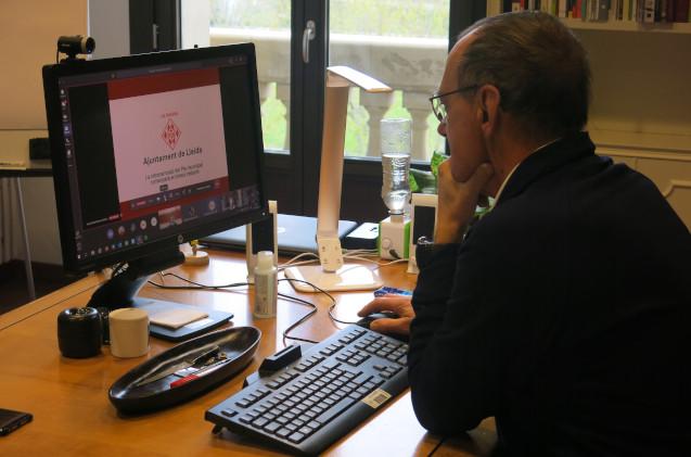 Alcalde de Lleida usando Microsoft Teams, en su ayuntamiento.