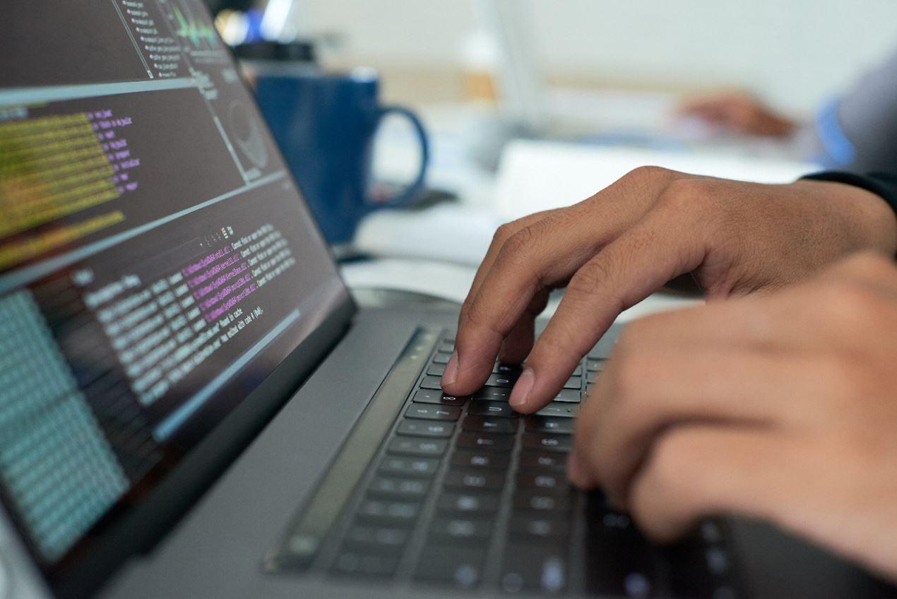 Una persona hace programación.