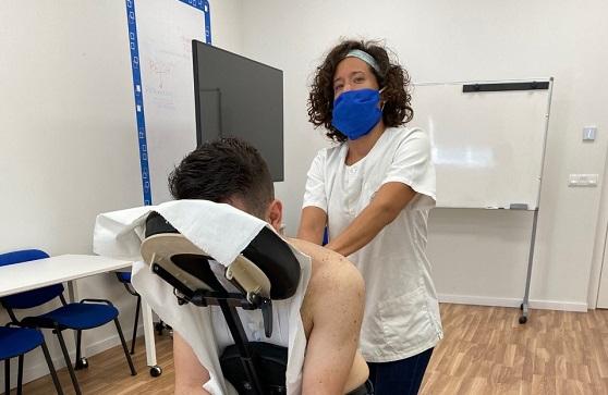 Empleado de Avanza recibiendo un masaje en la empresa.