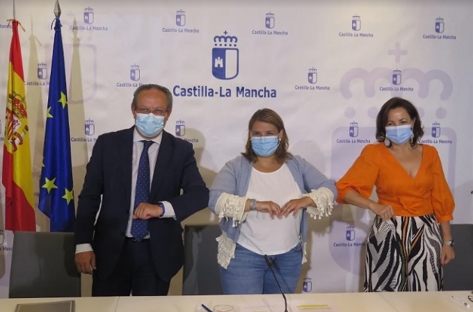 El consejero de Hacienda y AAPP de Castilla-La Mancha, Juan Alfonso Ruiz Molina; la alcaldesa de Talavera de la Reina, Tita García Élez; y Julia Bernal, country manager de Red Hat