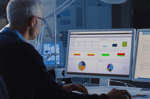 Un profesional monitoriza las redes de una empresa.