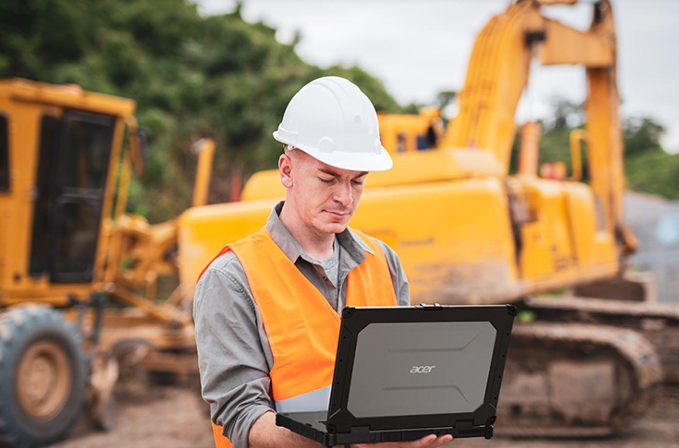 Trabajador con un portátil rugerizado de Acer.